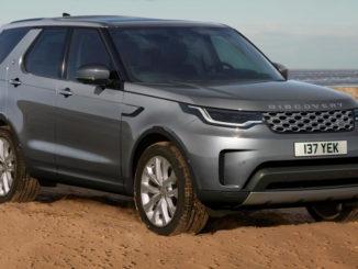 Ein grauer Land Rover Discovery steht 2020 am Strand