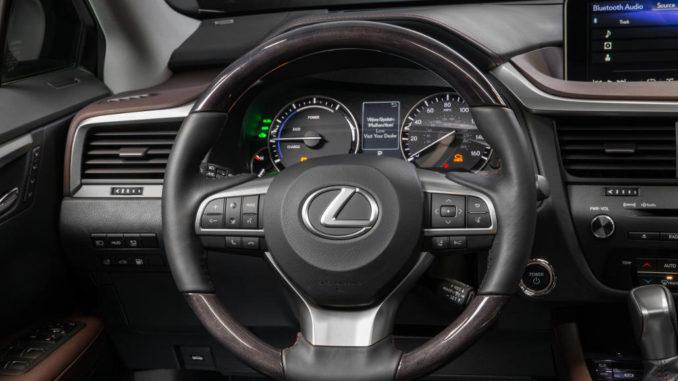 Cockpit eines Lexus RX450h