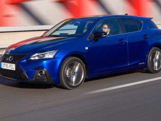 Ein blauer Lexus CT200h fährt 2017 über eine Autobahn.