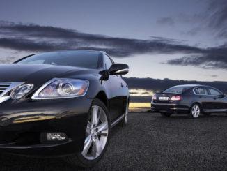 Zwei blaue Lexus GS 450h in Front- und Heckansicht.