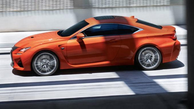 Ein orangener Lexus RC F fährt auf der Autobahn.