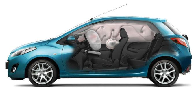 Explosionszeichnung eines blauen Mazda2 (Baureihe DE) mit seinen Airbags.