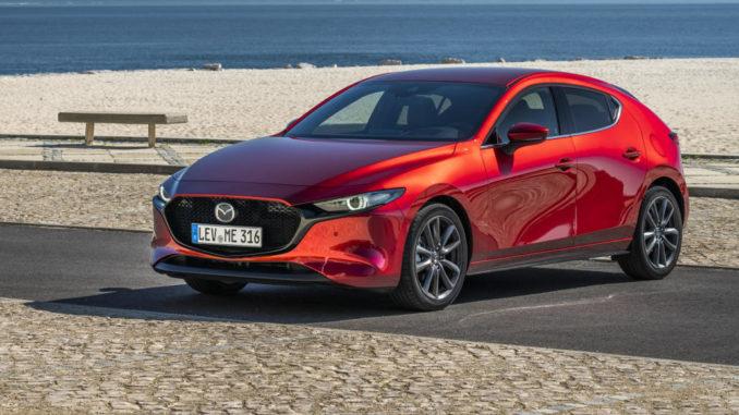 Ein roter Mazda3 (BP, MJ2019) steht an einem Strand.