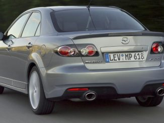 Ein silberner Mazda6 MPS fährt 2006 auf der Autobahn.