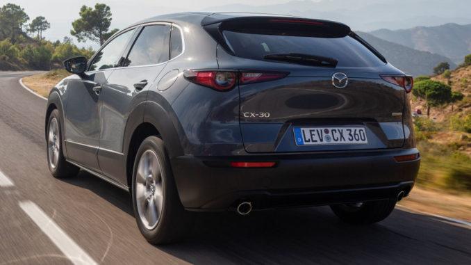 Mazda CX-30, 2019, Girona, Polymetal Grey, Fahraufnahme auf einer Landstraße.