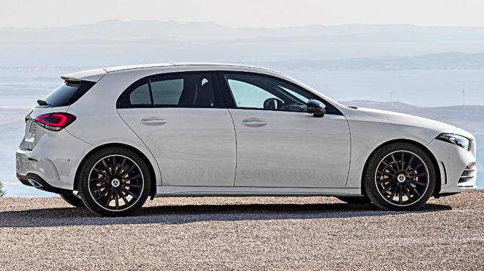 Ein weißer Mercedes-Benz A-Klasse (Exterieur: Digital white pearl, W177) steht 2018 an der kroatischen Küste.
