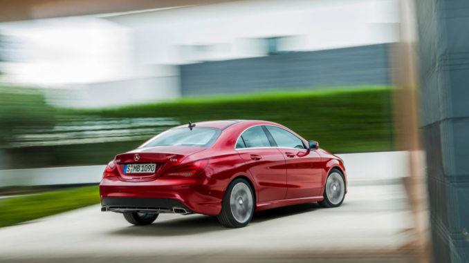 Ein roter Mercedes-Benz CLA-Klasse, CLA 220 CDI, fährt auf eine Hecke zu.