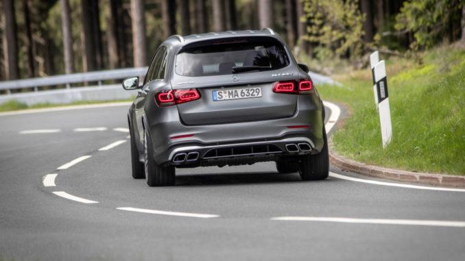Ein Mercedes-AMG GLC 63 S 4MATIC+ ,designo selenitgrau magno, AMG Leder Nappa zweifarbig magmagrau/schwarz fährt 2019 auf einer Landstraße.