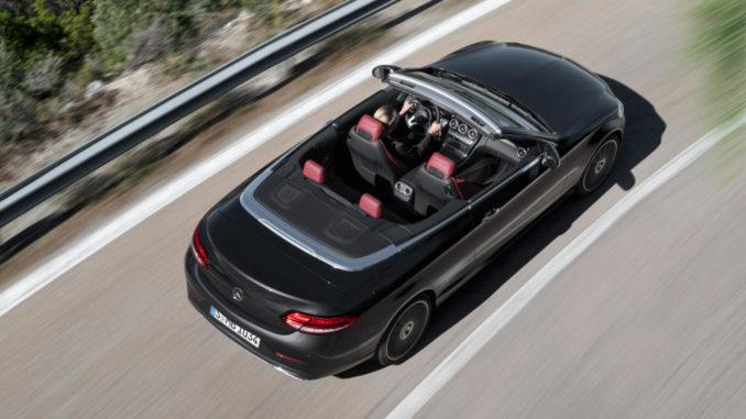 Mercedes-Benz C-Klasse Cabriolet Avantgarde, Exterieur: graphitgrau, Interieur: Leder cranberryrot/schwarz, von oben fotografiert auf einer Passtraße im Frühjahr 2018.