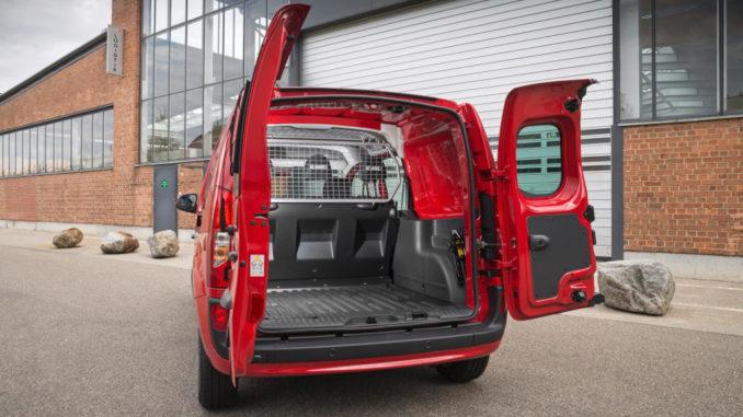 Mercedes-Benz Citan: Citan 111 CDI, Mixto, steht 2013 mit geöffneter Ladefläche vor einem Fabrikgebäude.