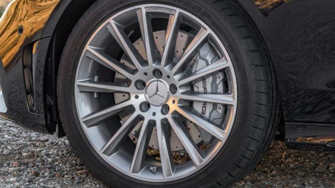 """Mercedes-AMG C 43 4MATIC Limousine, Night Paket und AMG Carbon-Paket II, Exterieur: Außenfarbe: obsidianschwarz metallic, Rad: 48,3 cm (19"""") AMG Leichtmetallräder im Vielspeichen-Design titangrau lackiert und glanzgedreht"""