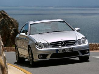 Ein silberner Mercedes-Benz CLK-Klasse, CLK 63 AMG Coupé, fährt 2006 auf einer Küstenstraße