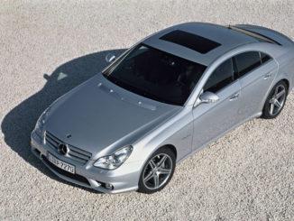 Ein silberner Mercedes-Benz CLS 63 AMG (C219), steht 2006 auf einer Kiesfläche.