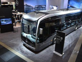 Ein silberner eCitaro von Mercedes Benz auf dem Kongress des Weltverbands der Verkehrsbetriebe (GPTS) 2019 in Stockholm.