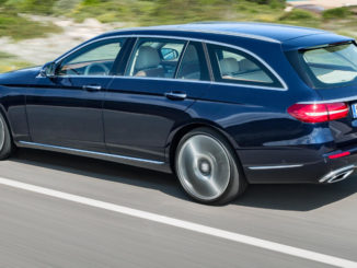 Eine Mercedes-Benz E-Klasse T-Modell, E 350 d, Exterieur: Exclusive Line, cavansitblau, fährt 2016 eine Straße am Strand entlang.