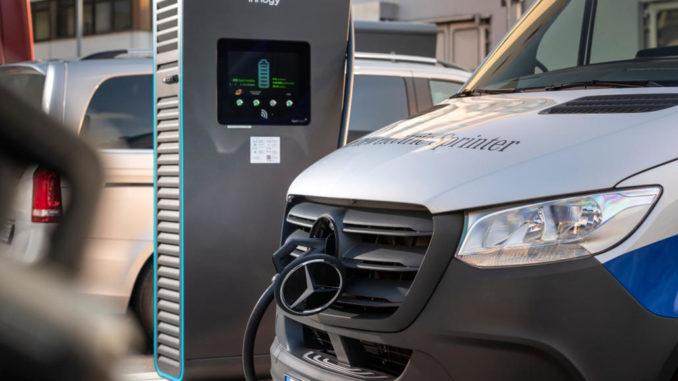 eSprinter Roadshow, 2019: Ein silberner Transporter steht an einer Ladesäule der Firma Innogy.