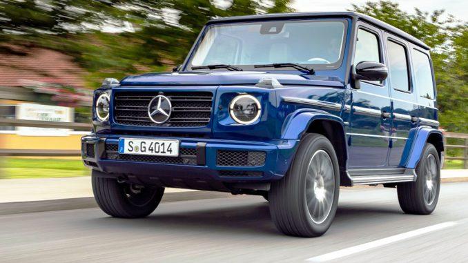Ein Mercedes-Benz G 400 d; brilliant blau; Leder Nappa macchiatobeige/yachtblau fährt 2019 durch ein Dorf bei Graz.