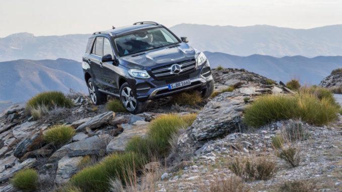 Mercedes-Benz GLE 250 d, Exterieur: Cavansitblau Metallic steht im felsigen Gelände