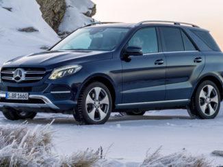 Ein Mercedes GLE 250 d, 2015, Exterieur: Cavansitblau Metallic, steht 2015 auf eienm Berg im Schnee.