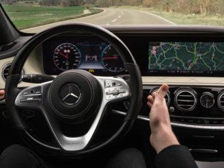 Aktiver Nothalt-Assistent; Wenn der Fahrer nicht mehr reagiert; Der Aktive Nothalt-Assistent bremst das Fahrzeug in der eigenen Spur bis zum Stillstand ab, wenn er erkennt, dass der Fahrer während der Fahrt mit eingeschaltetem Aktivem Lenk-Assistent dauerhaft nicht mehr in das Fahrgeschehen eingreift.