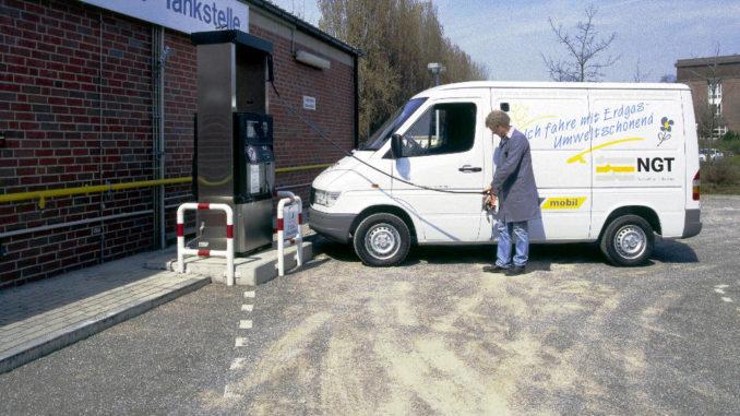 Marktreife erreicht: Der NGT-Sprinter (Natural Gas Technology) lässt die Erprobungsphase hinter sich. Beispielsweise die RHENAG übernimmt im April 1996 mehrere Fahrzeuge in den Alltagsbetrieb.