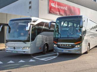 Die neue Setra TopClass 500 (rechts) und der Mercedes-Benz Tourismo mit Euro VI-Motorisierung starten stellvertretend für die Premieren der Busworld Kortrijk 2013 zur internationalen Markteinführung vom Freigelände der Messe.
