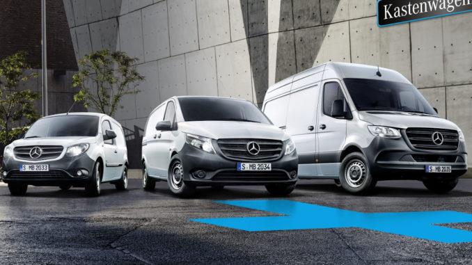 Drei silberne Mercedes Kastenwagen (Citan, Vito und Sprinter) stehen 2019 vor einem Gebäude.