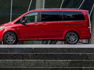 Eine rote Mercedes V-Klasse steht vor dem Werksmuseum.