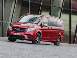 """Mercedes-Benz V-Klasse Limited Edition """"designo hyazinthrot metallic"""" – Exterieur, serienmäßig in Lackfarbe hyazinthrot metallic und mit Night-Paket, Aufnahme von August 2017"""