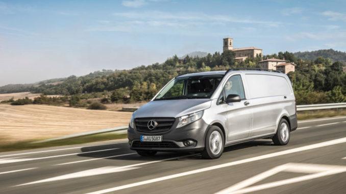 Ein silberner Mercedes-Benz Vito fährt auf einer Landstraße.