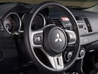 Cockpit eines Mitsubishi Lancer Evolution des Modelljahres 2008.