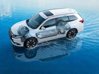 Explosionszeichnung eines Mitsubishi Outlander PHEV, der durch seichtes Wasser fährt.