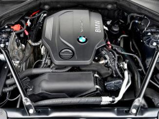 BMW 518d Limousine, Aufnahme vom geöffneten Motorraum (09/2014).