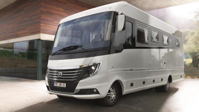 Ein Reisemobil (Modell Flair) der Firma Niesmann+Bischof steht vor einer Villa.