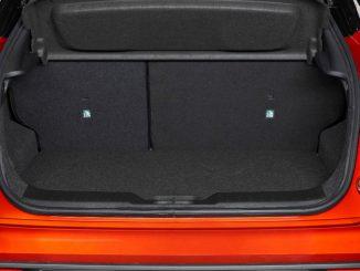 Heck eines roten Nissan Juke von 2019 mit Blick in den Kofferraum.