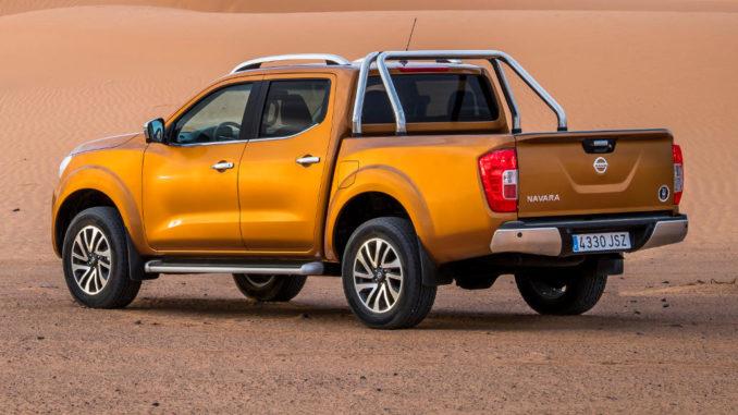 Ein bronzefarbener Nissan Navara steht in einer Wüstenlandschaft.