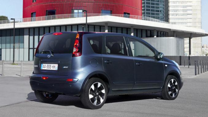 Ein blauer Nissan Note der ersten Generation steht auf einem Parkplatz.