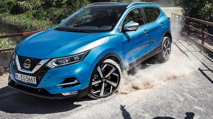 Ein blauer Nissan Qashqai fährt mt viel Tempo über ein Fabrikgelände