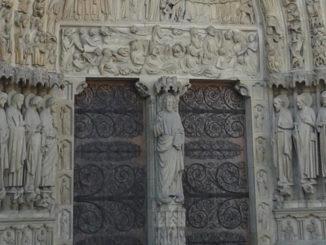 Zwei Türen in der Fassade von Notre Dame in Paris