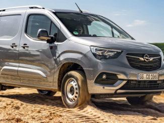 Ein silberner Opel Combo Cargo mit Allradantrieb fährt 2020 durch eien Sandgrube.
