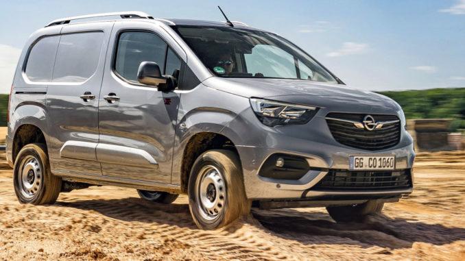 Ein silberner Opel Combo Cargo mit Allradantrieb fährt 2020 durch eine Sandgrube.