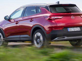 Ein roter Opel Grandland X fährt 2017 auf einer Landstraße.