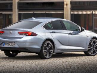 Ein silberner Opel Insignia Grand Sport steht 2017 vor einem Gebäude
