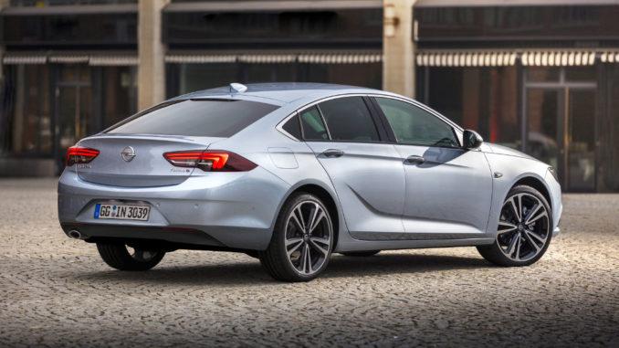 Ein silberner Opel Insignia Grand Sport steht 2017 vor einem Gebäude.