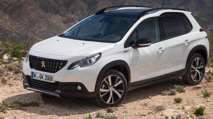 Ein weißer Peugeot 2008 steht 2017 in einer Wüstenlandschaft.