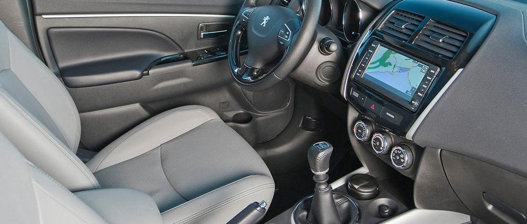 Interieur eines Peugeot 4008 in grau und schwarz.