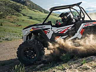 Ein ATV Polaris RZR XP 1000 fährt durch eine hügelige Graslandschaft.