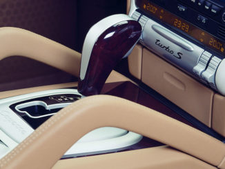 Spezieller Turbo S-Schriftzug auf der Mittelkonsole eines Porsche Cayenne Turbo S von 2006 mit Automatikgetriebe.