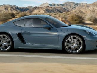Ein blau-grauer Porsche 718 Cayman fährt 2016 durch eine Wüstenlandschaft.