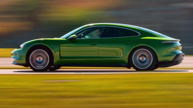 Ein grüner Porsche Taycan rast auf der Regional Tour 2020 die Teststrecke hinunter - Burgkirchen, Österreich